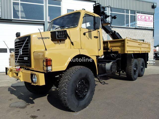 VOLVO N10 - 6x6 + FASSI F75-21 CRANE kamion s ravnom platformom
